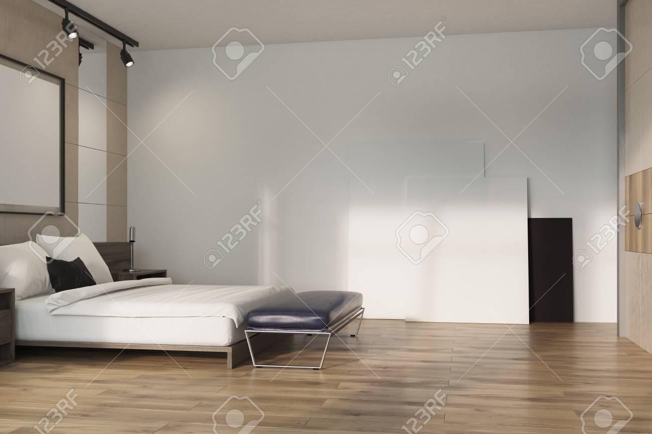 Coin intérieur de la chambre en mezzanine beige avec un lit double,  plusieurs tables de chevet et affiches au mur et au sol. Rendu 3d maquette