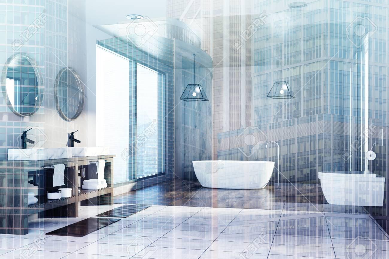 Intérieur de salle de bain moderne avec un plancher blanc et en bois, une  baignoire ronde blanche, un double lavabo et un WC. Fenêtres loft. Vue de  ...