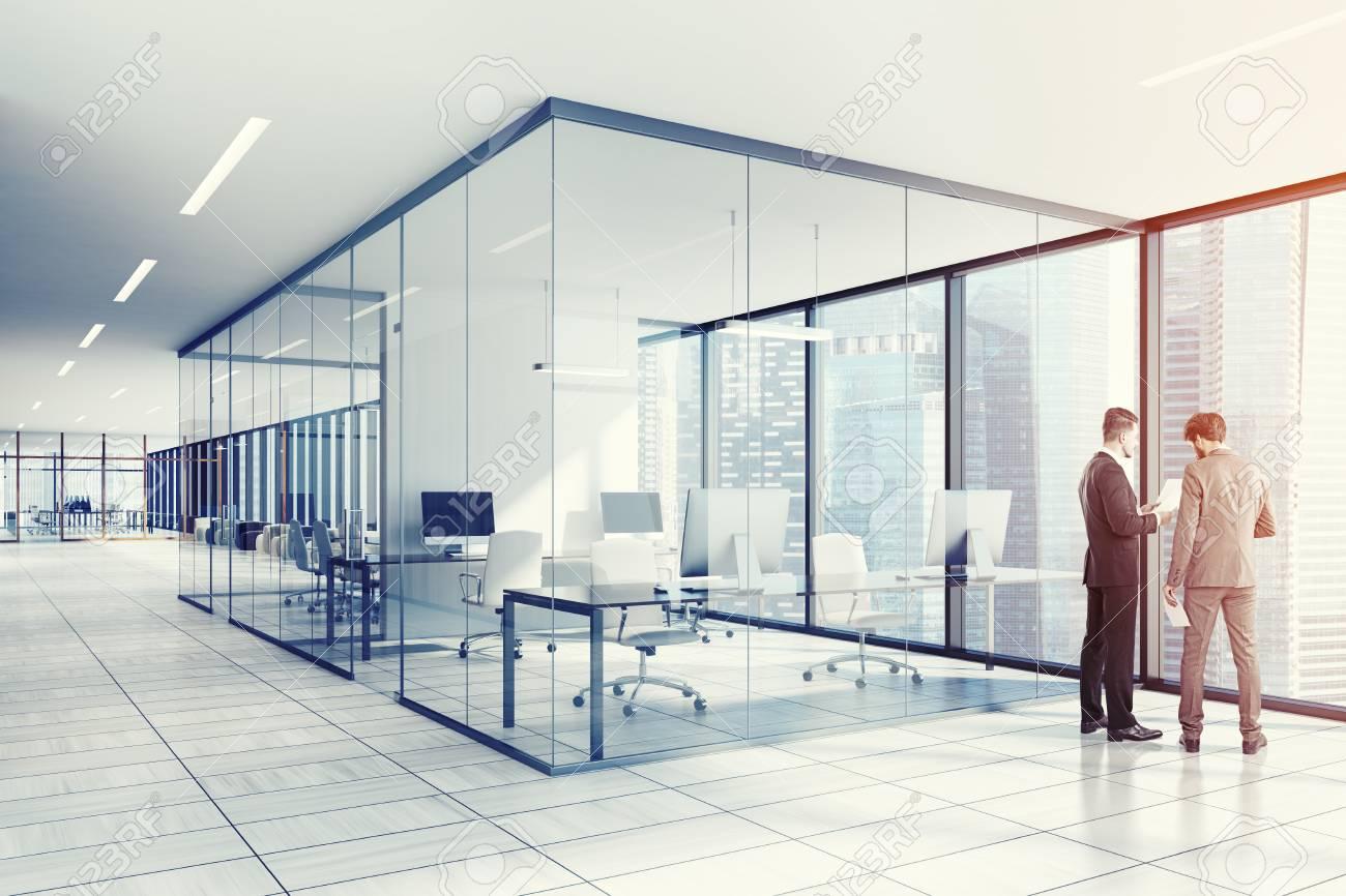 Intérieur de bureau blanc et verre avec un plancher en bois blanc