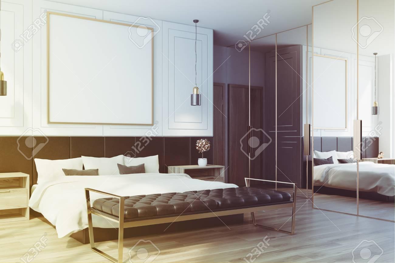 Chambre Blanche Et Bois intérieur de la chambre blanche avec un plancher en bois, un lit double  avec une affiche carrée encadrée au-dessus et deux tables de chevet. rendu  3d