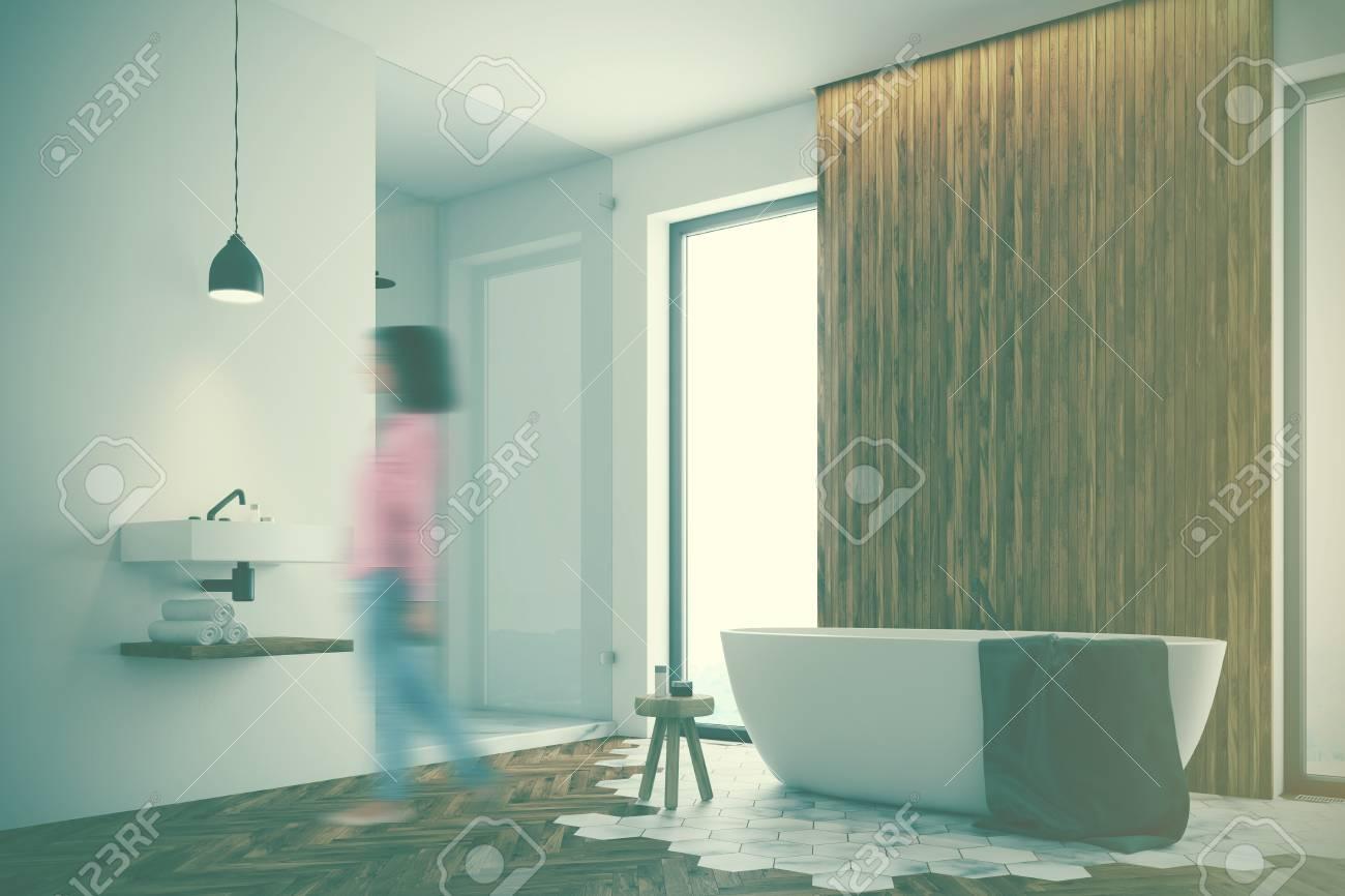 Femme Dans Un Coin Salle De Bain Moderne Avec Des Murs En Bois Blanc ...