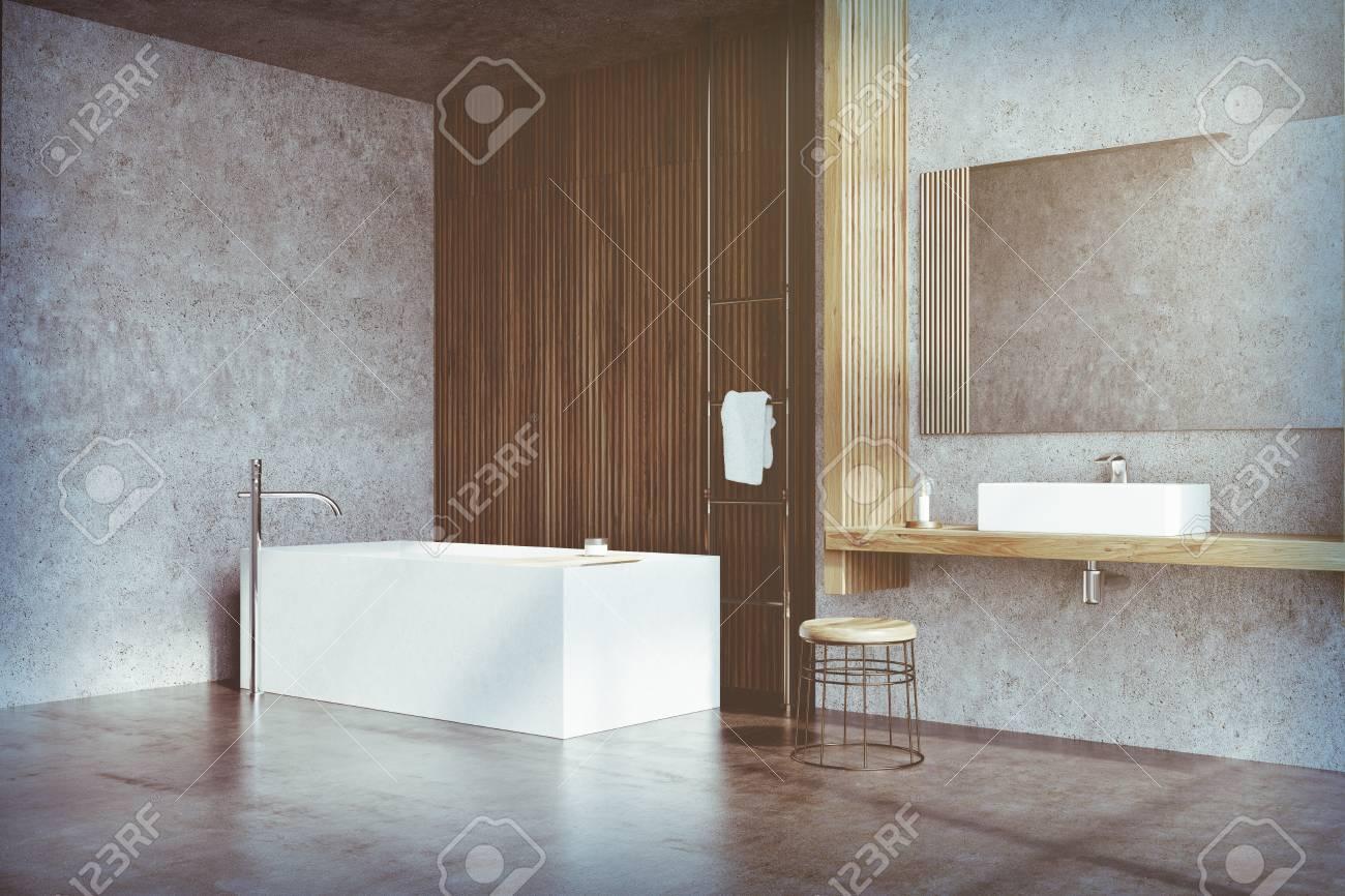 Interieur Gris Et Fonce De Salle De Bains En Bois Avec Une Etagere En Bois Un Evier Debout Dessus Un Miroir Horizontal Une Baignoire Et Une Petite