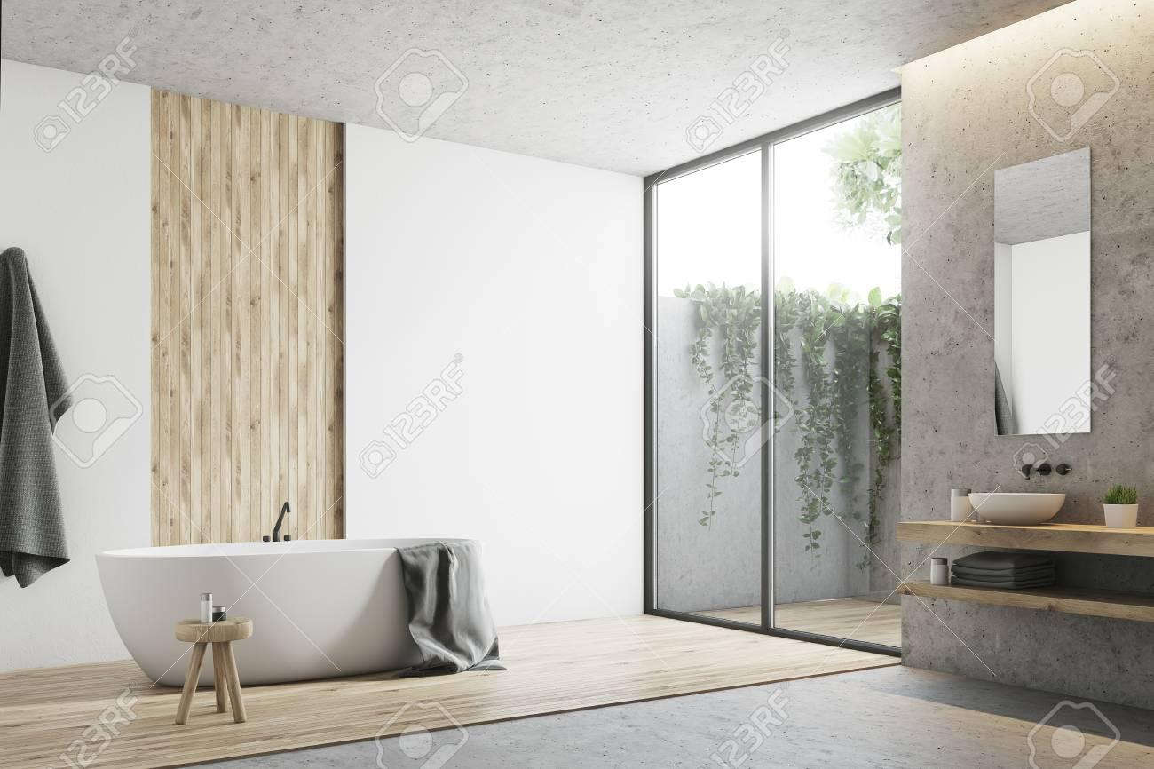 Moderne Badezimmerecke Mit Weißen, Beton  Und Holzwänden, Einem Großen  Fenster, Einer Badewanne