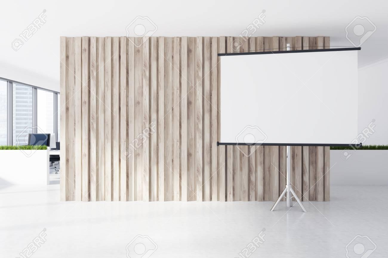 Ufficio Bianco E Legno : Uno schermo bianco è in piedi accanto a una parete di legno in un