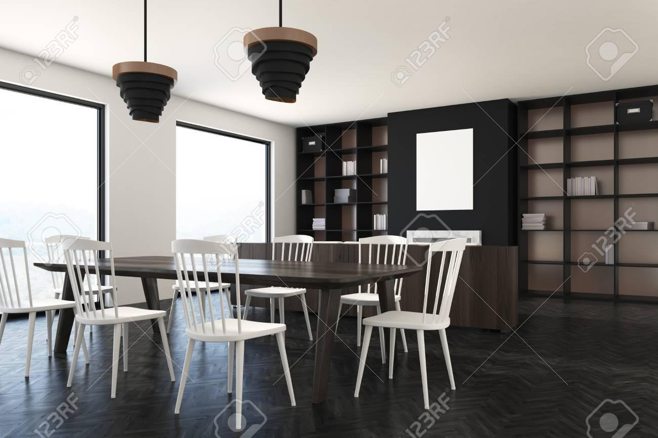 Chaises Avec De Des Longue Un En Blanches Noir LoftUne Salle Manger Et Bibliothèques À Luxe Plancher Intérieur BoisFenêtres Table PuOkXTZi
