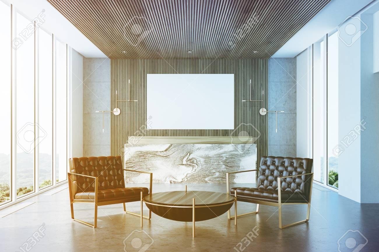 Intérieur de bureau gris et bois avec un sol en béton et un