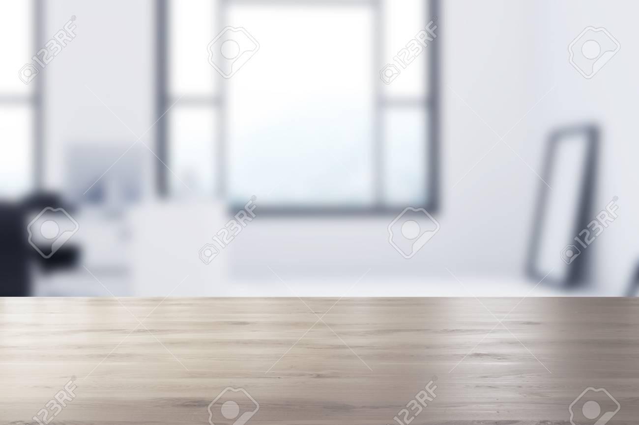 Intérieur de bureau blanc espace ouvert avec un sol en béton de