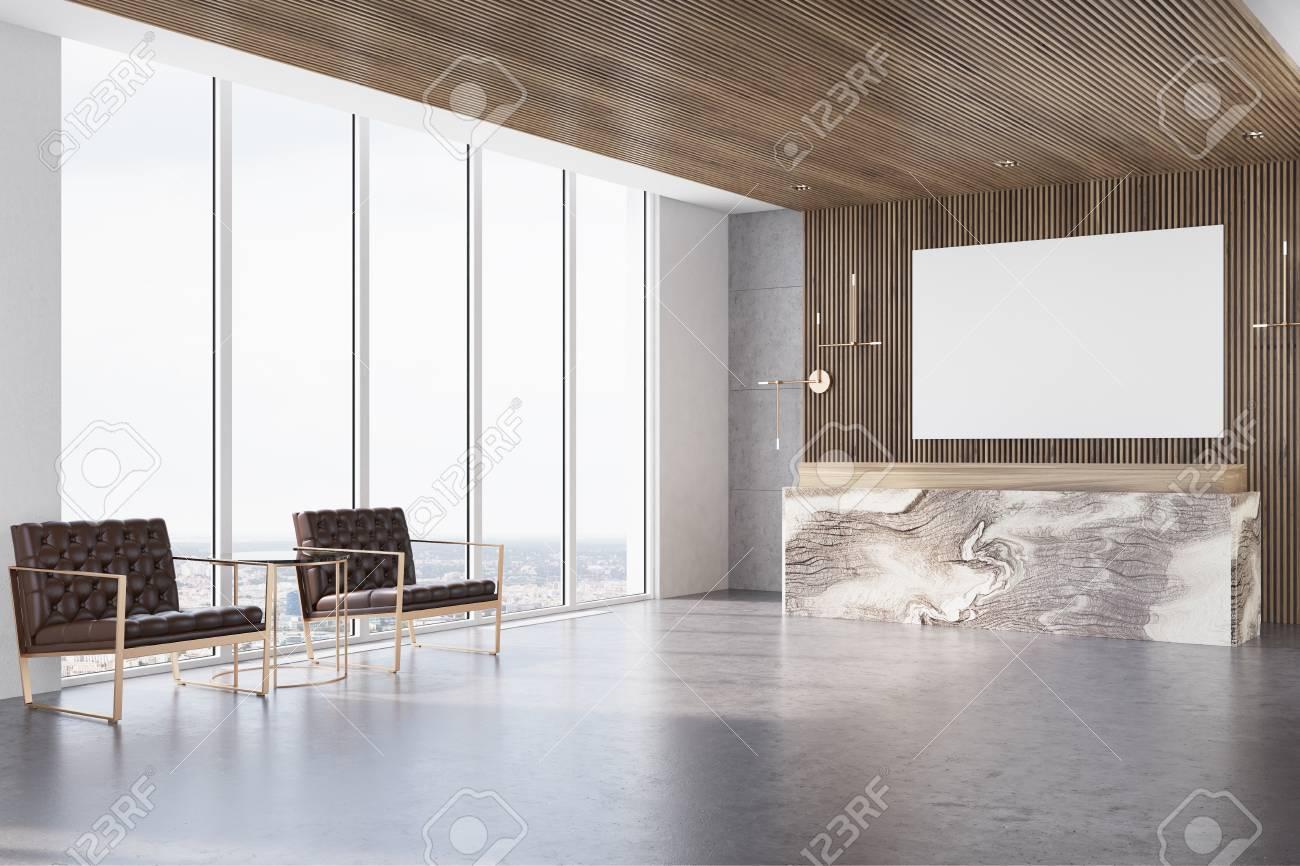 Intérieur de bureau en bois sombre avec de grandes fenêtres un