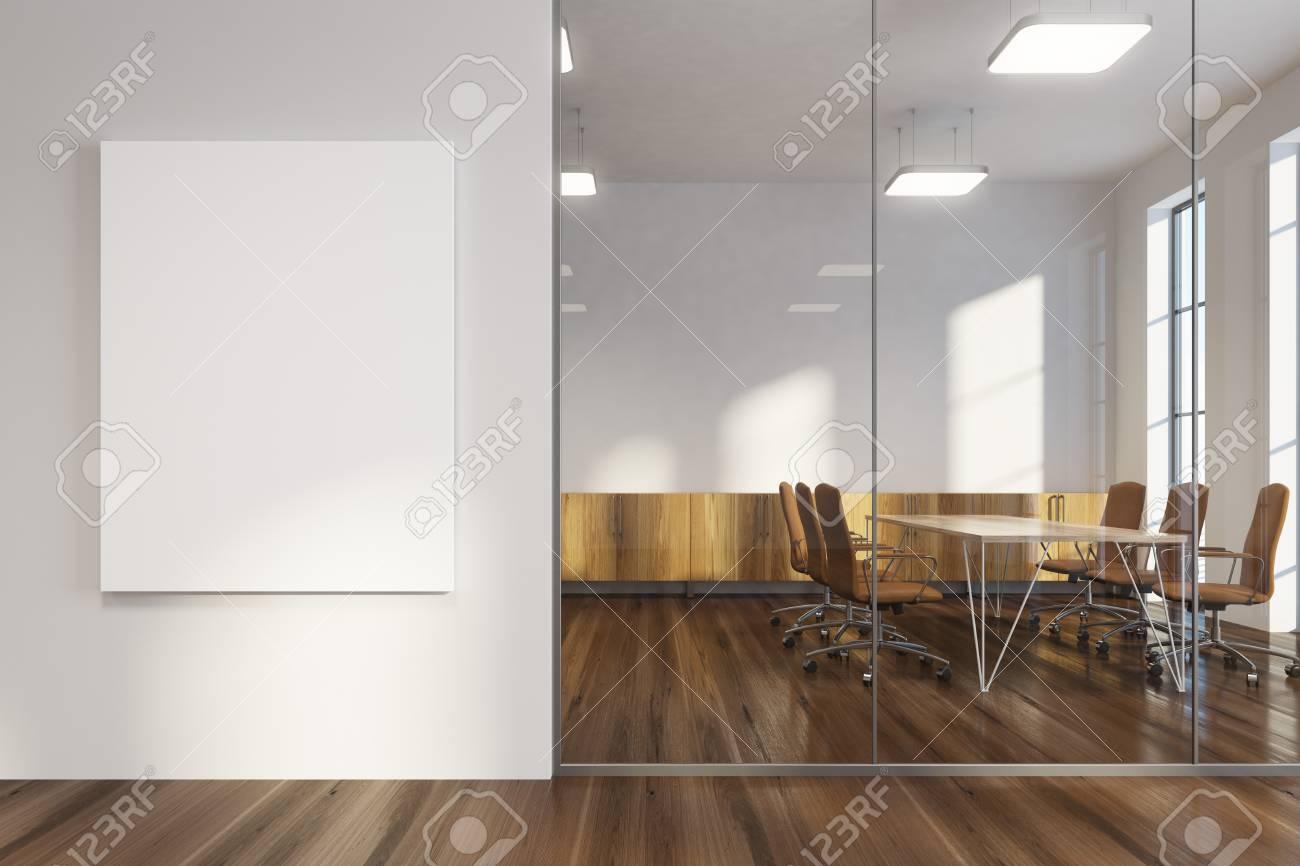 Hall de bureau blanc avec un plancher en bois des fenêtres en