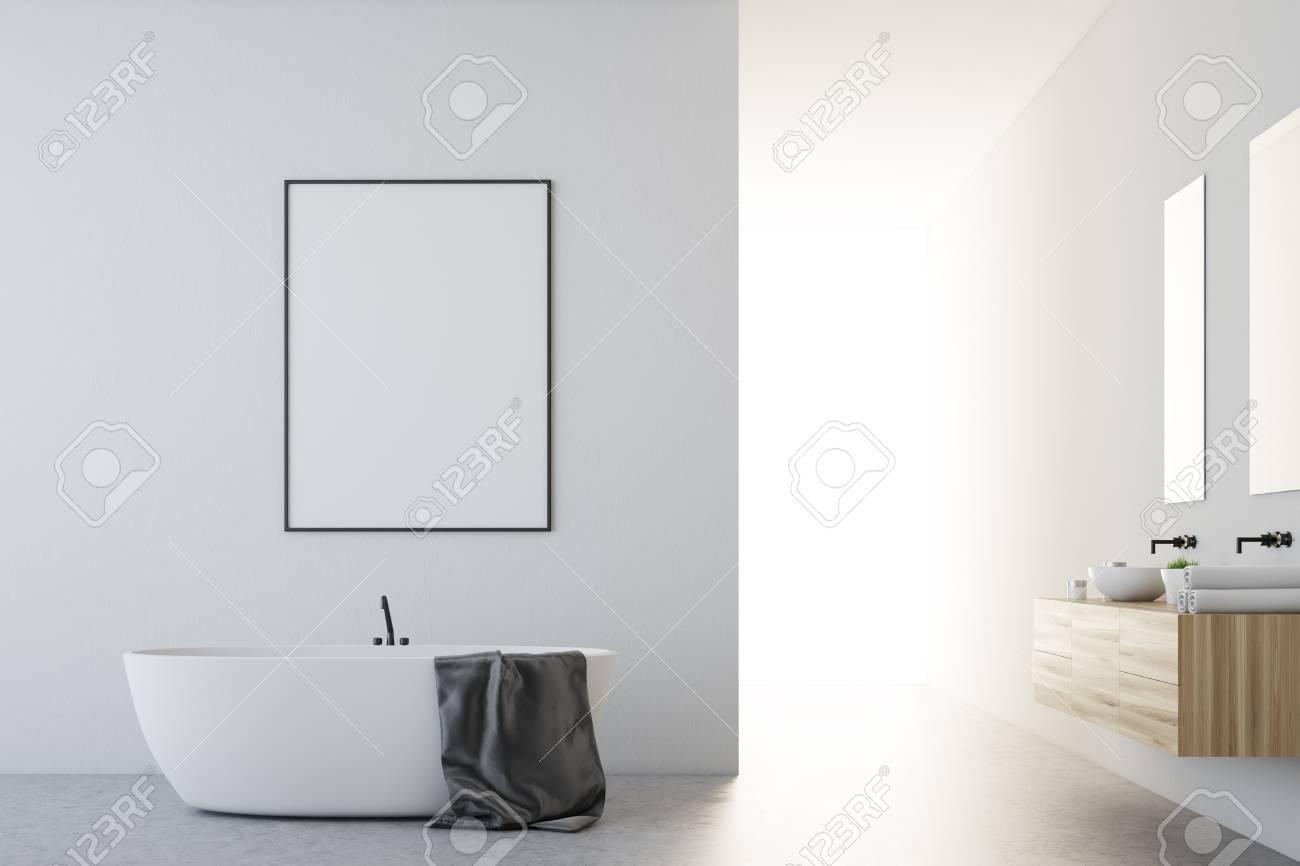 Interieur De Salle De Bain Blanc Avec Sol En Beton Baignoire