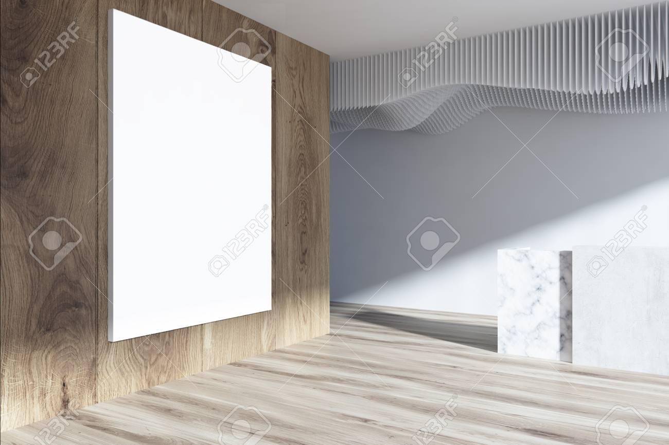 Intérieur de bureau blanc et bois avec un plancher en bois et une
