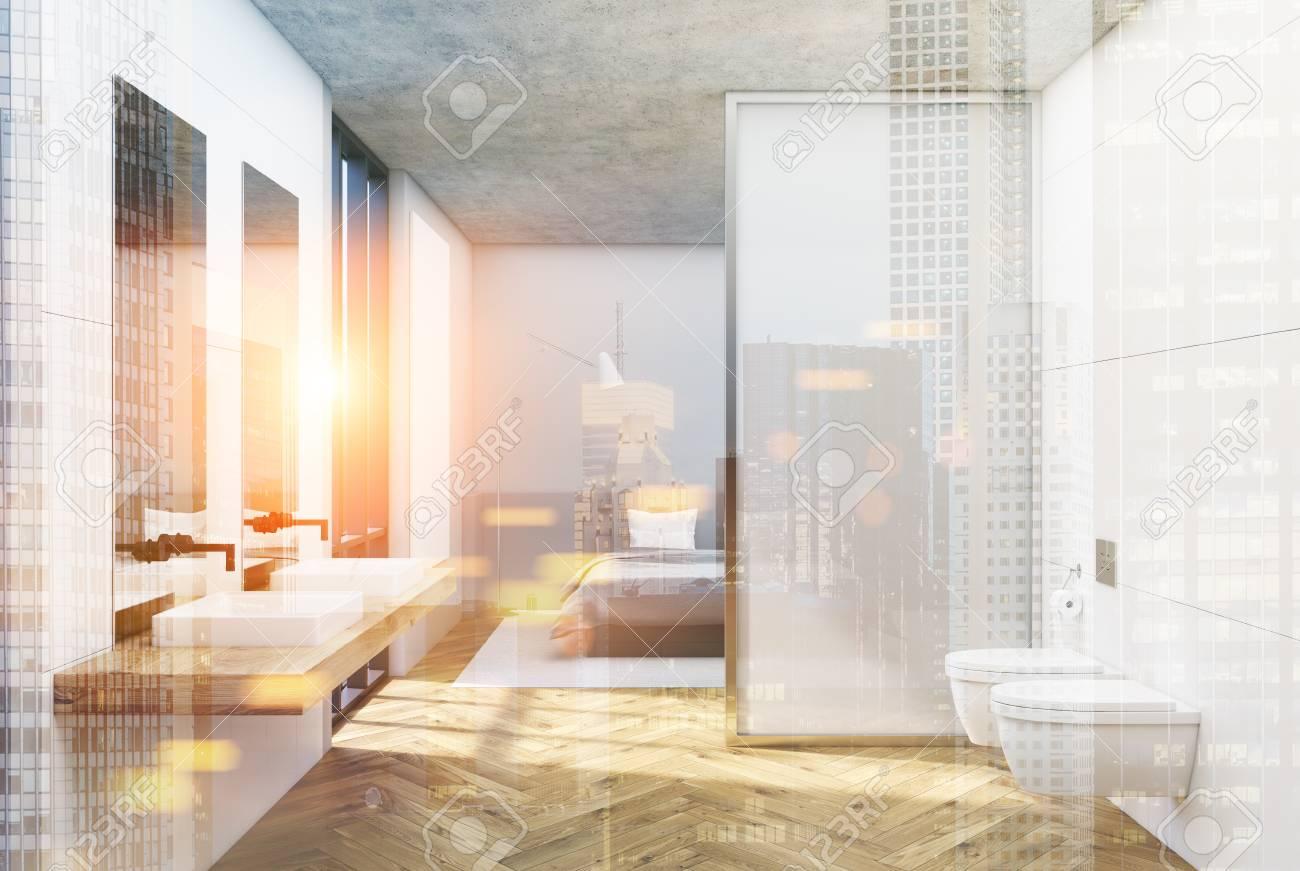 Fußboden Schlafzimmer ~ Weißer badezimmerinnenraum mit einem hölzernen fußboden einem
