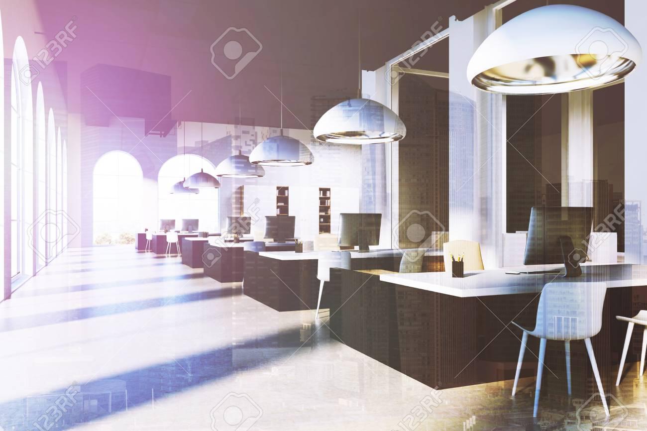 Intérieur de bureau à espace ouvert gris avec des voûtes en arc