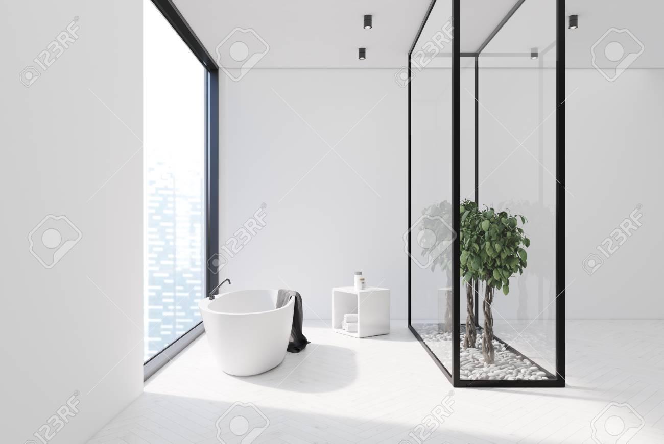 Intérieur de salle de bain blanc avec plancher en bois blanc, grande  fenêtre, baignoire blanche et arbres derrière un mur de verre. Rendu 3d  maquette