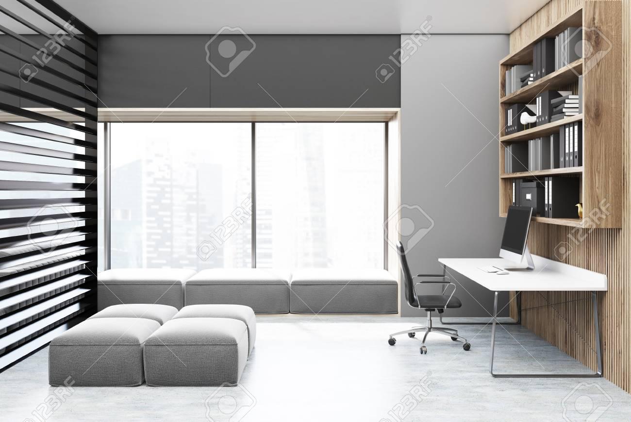 Scaffali ufficio legno : Interiore di ufficio di casa grigio e legno con una finestra