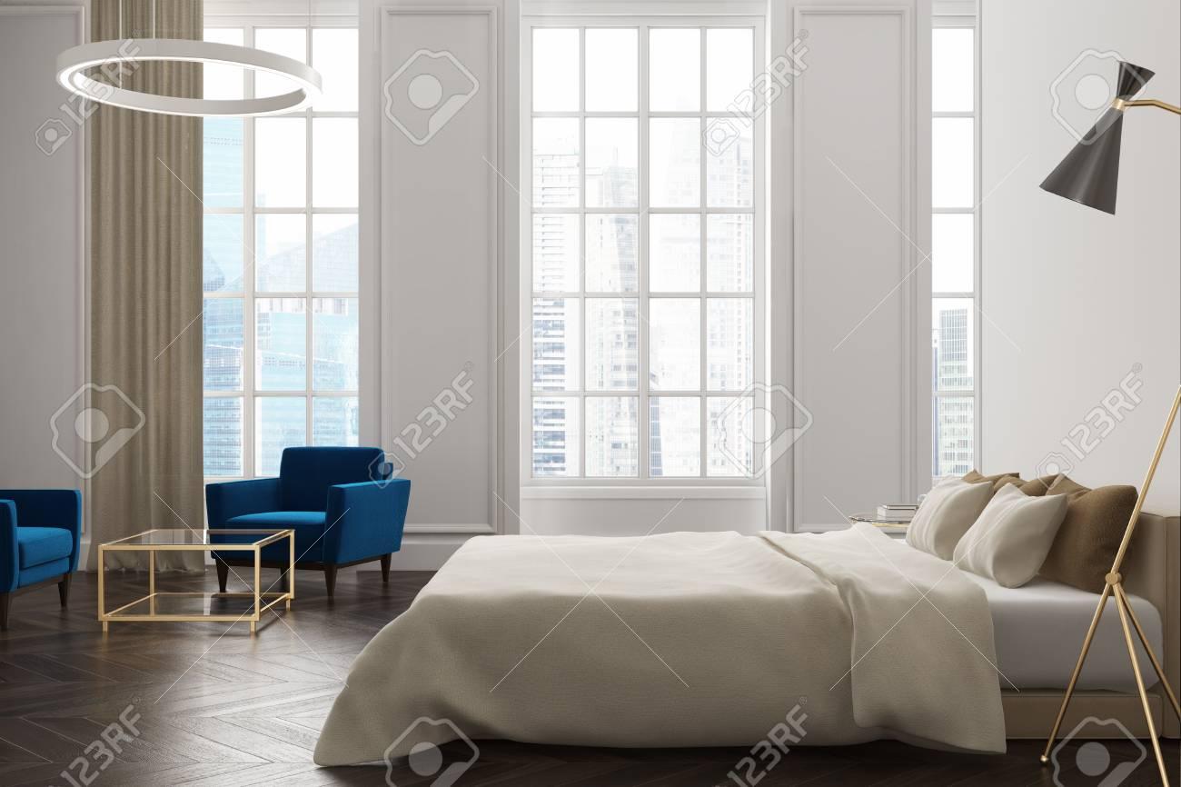 Chambre Blanche Et Bois intérieur de la chambre blanche avec un plancher de bois sombre, un lit de  maître avec une lampe suspendue au-dessus, et de grandes fenêtres. maquette