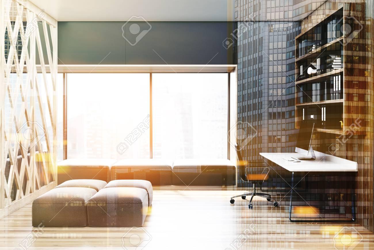 Intérieur gris et en bois de bureau à la maison avec une fenêtre