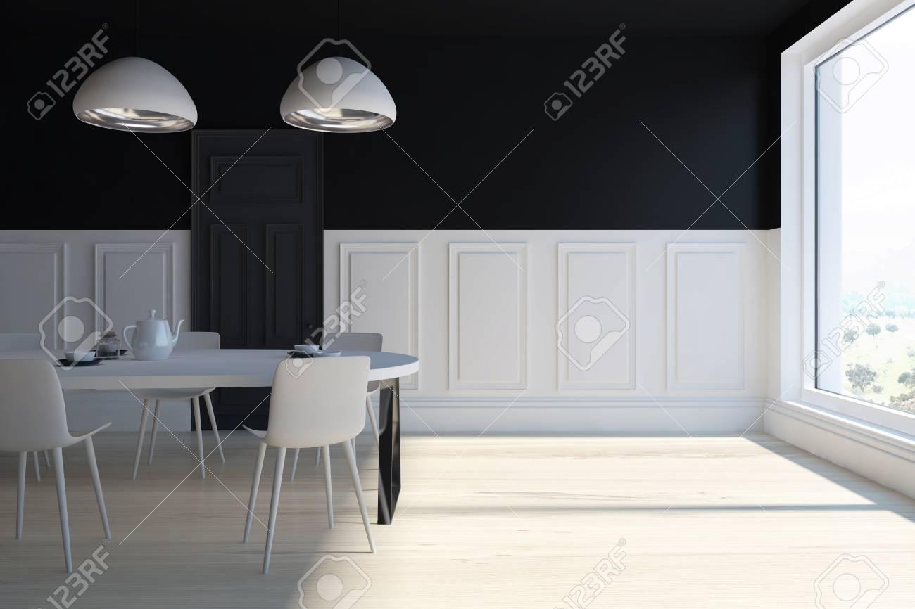 Intérieur de salle à manger noir et blanc avec une fenêtre panoramique, un  plancher en bois et une table blanche avec des chaises. Maquette 3D