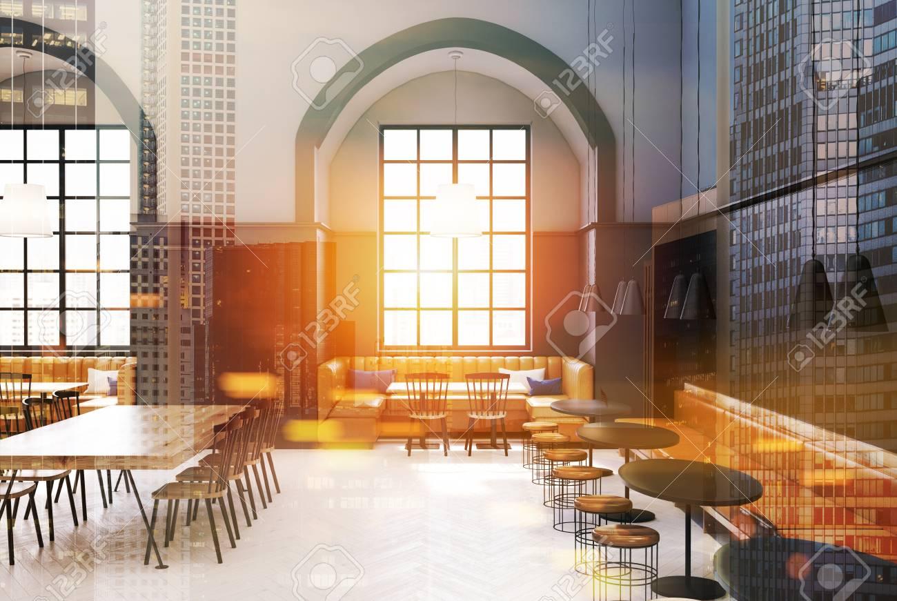 Interni moderni di caffè con pareti grigie e grigio scuro un