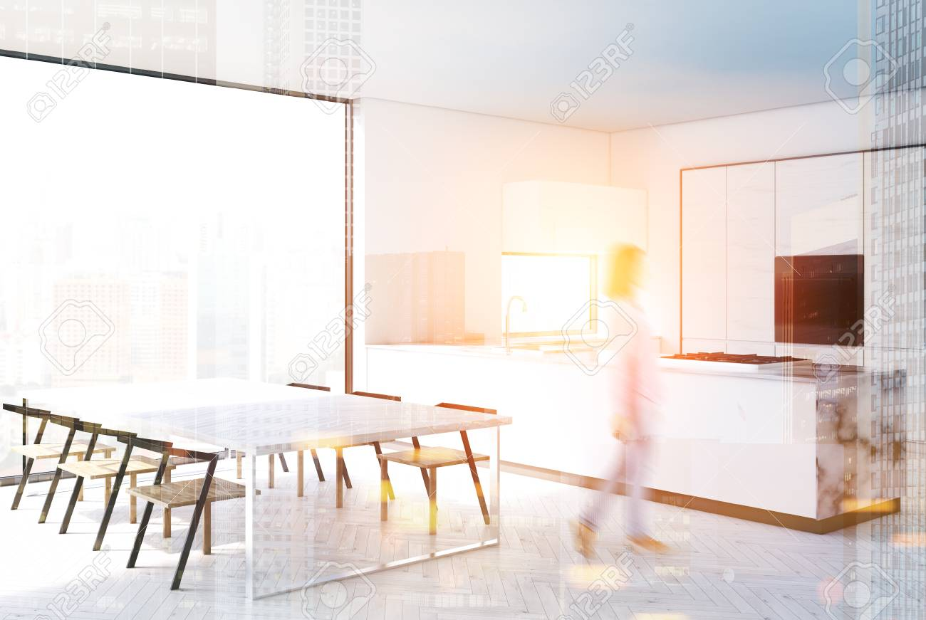 Interior de cocina en blanco y mármol con barra de soporte, una larga mesa  blanca con sillas modernas y encimeras. Representación 3D simulacro de ...
