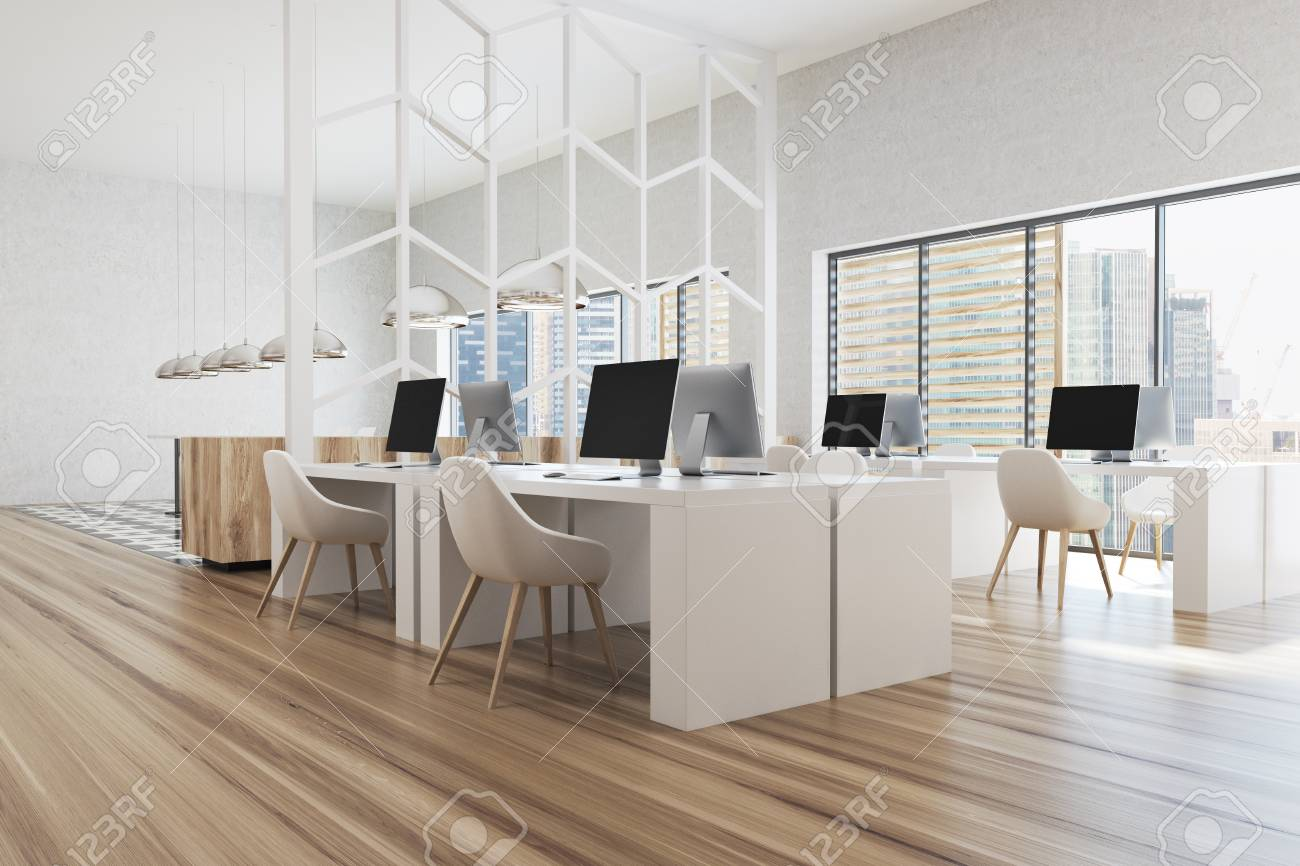 Coin de bureau blanc moderne avec des murs blancs des fenêtres