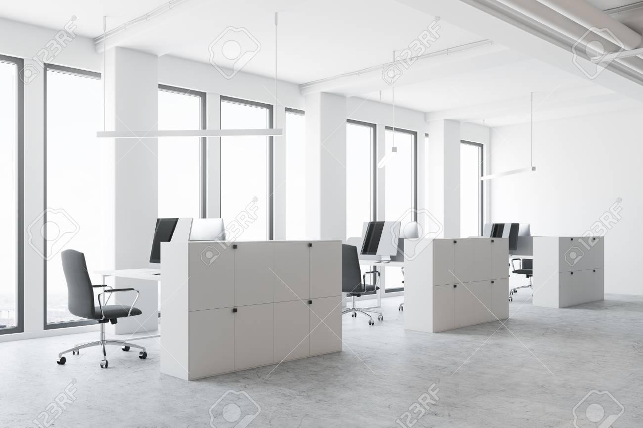 Coin de bureau espace ouvert blanc avec un sol en béton de