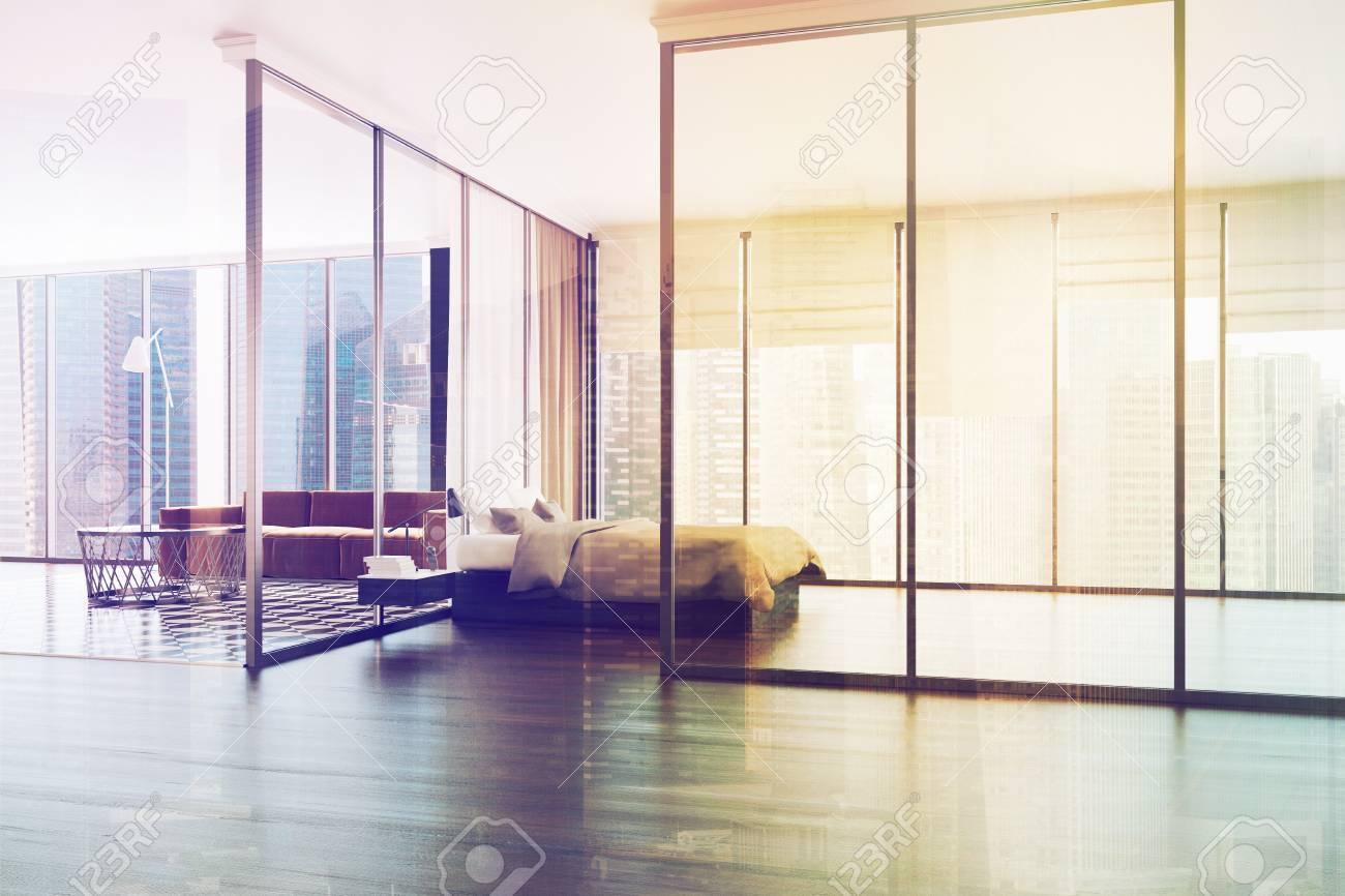 Intérieur de la chambre blanche avec une fenêtre panoramique, un lit de  maître, un canapé marron et une chaise. Rendu 3D maquette image tonique ...