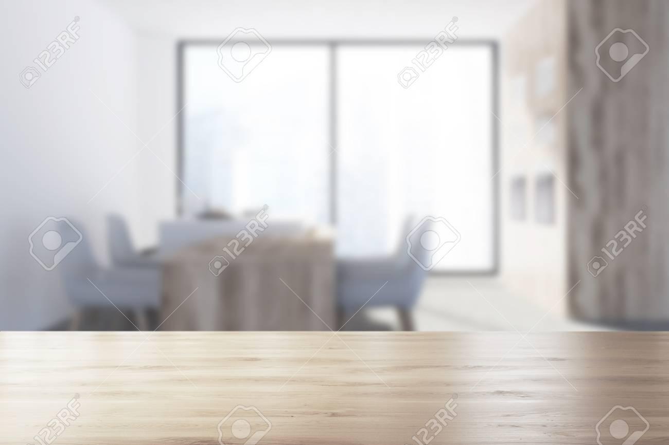 Coin Cuisine Gris Avec Une Fenêtre Panoramique Un Sol En Béton Une