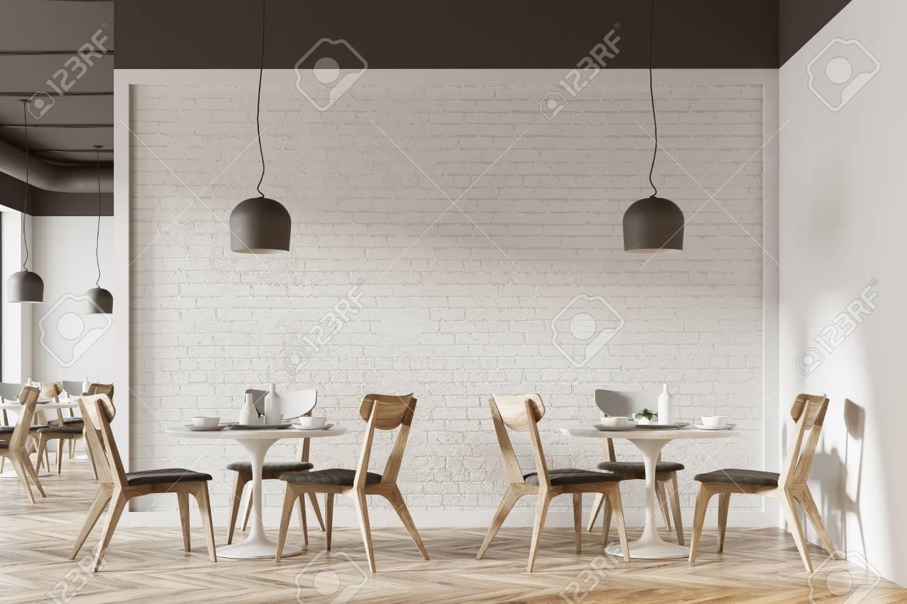 Immagini Stock Interno Bianco Del Caffe Con Un Pavimento In Legno Tavoli Bianchi Rotondi E Sedie Grigie E In Legno Rendering 3d Mock Up Image 94736873