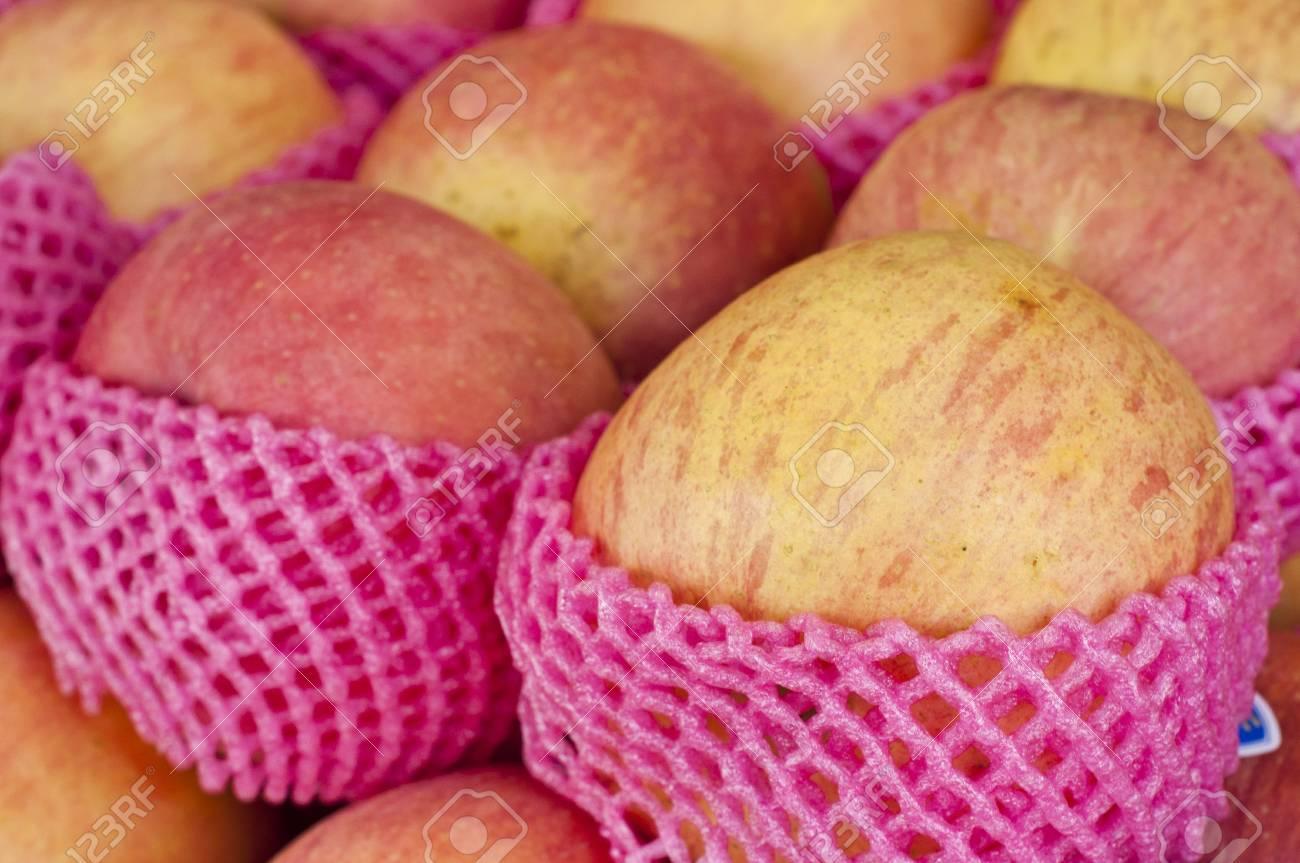 Fresh apple Stock Photo - 18676573