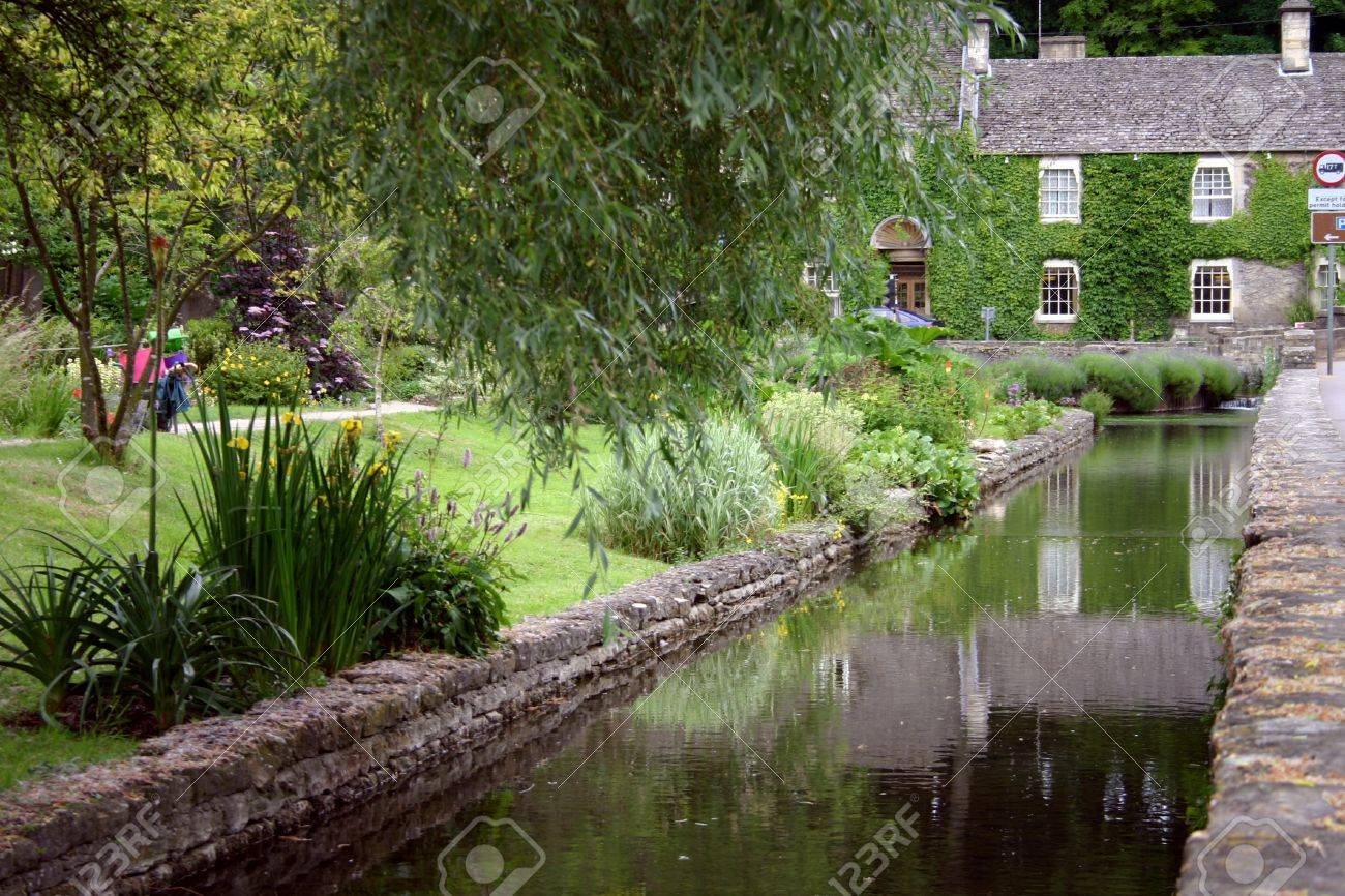 Cottages in the Cottswolds, England Stock Photo - 15338112