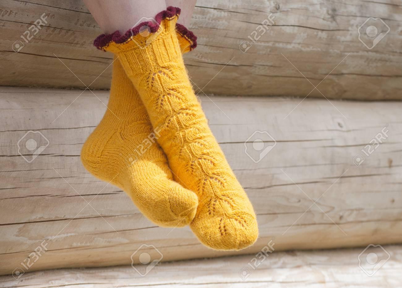 qualité beau meilleur en ligne Jambes de femme en tricot chaussettes jaunes dans la lumière du soleil