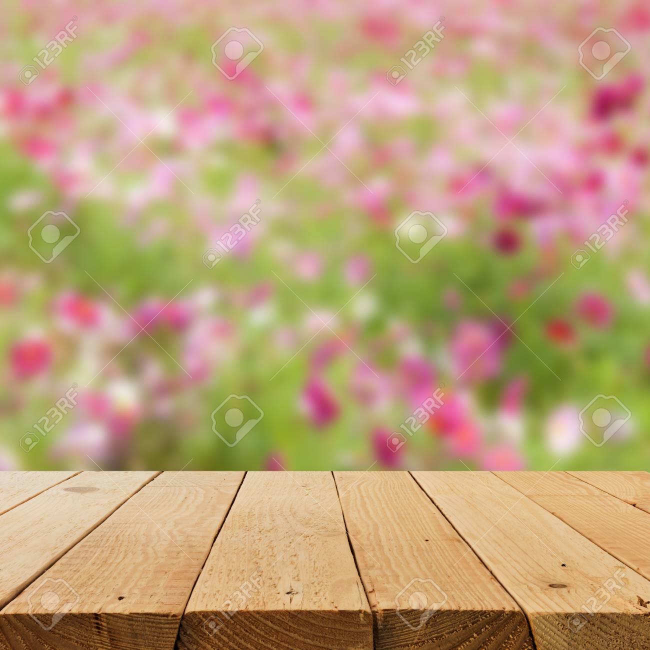 Imagen De Desenfoque Y La Falta De Definición De Una Terraza De Madera Con Flores De Campo Para El Uso Del Fondo