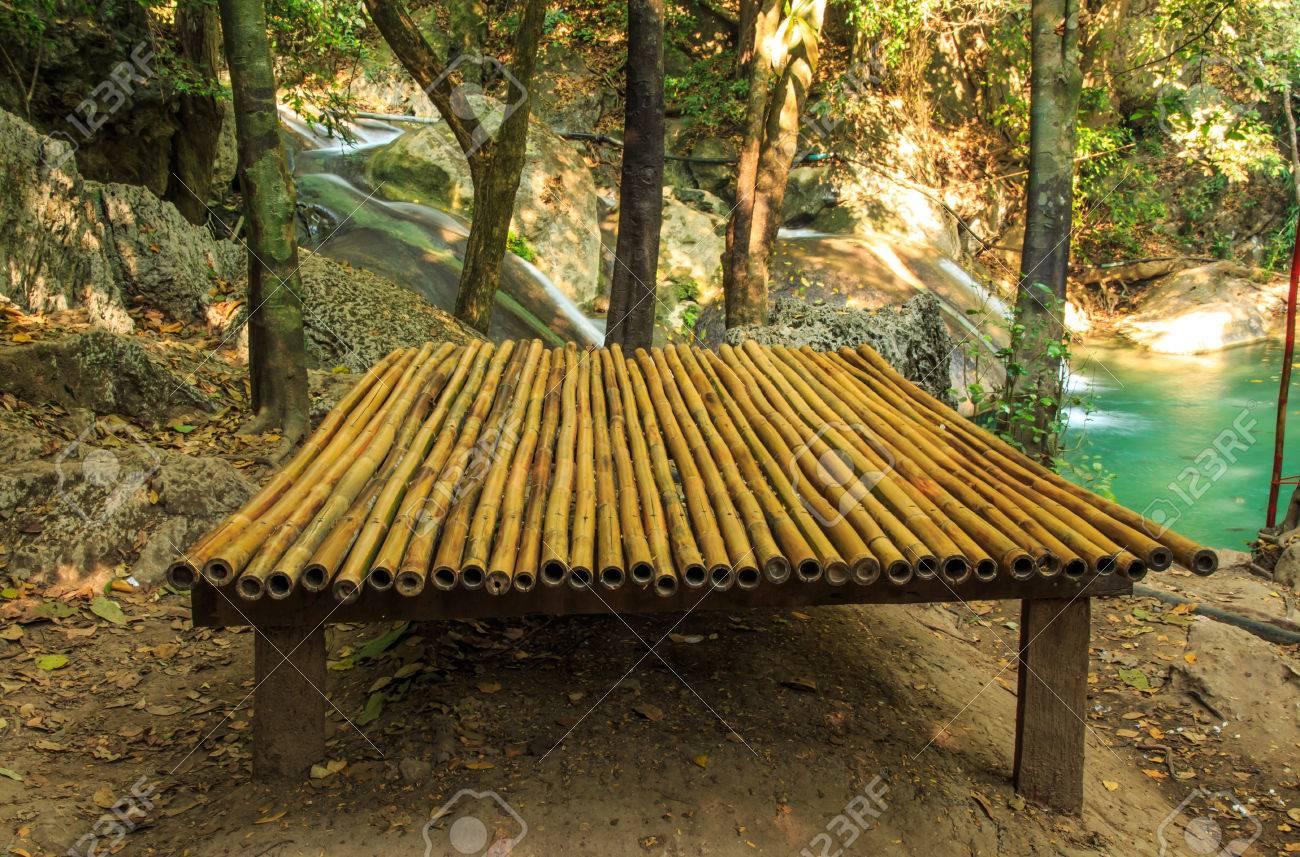 Bambus Holz Wurf In Der Nahe Von Wasserfall Lizenzfreie Fotos