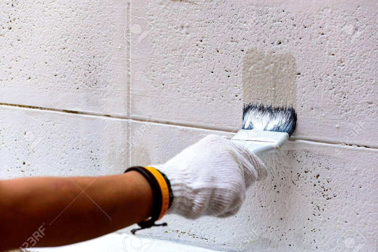 Malerei Weiße Farbe Auf Betonwand Mit Pinsel. Lizenzfreie Fotos ...