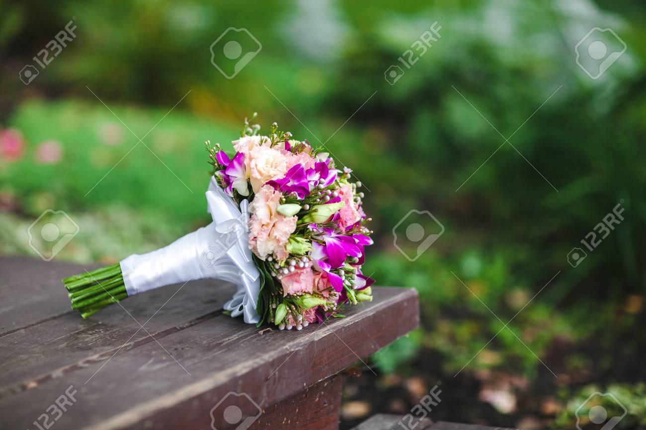 Brautstrauss Liegt In Der Natur Auf Einem Grunen Hintergrund