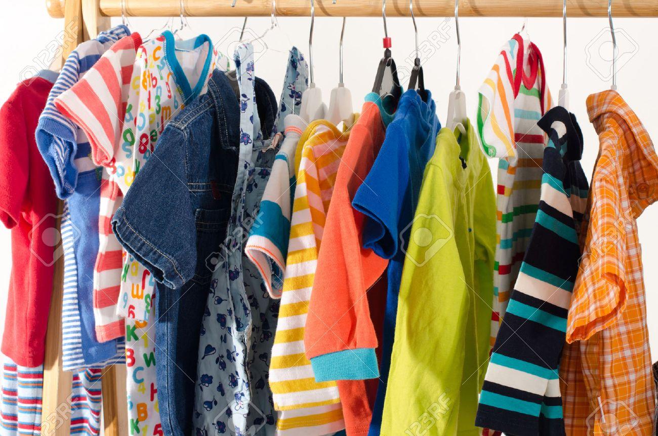 foto de archivo vestir armario con ropa dispuestas en armario de recin nacidos nios nios bebs llenos de toda clothes