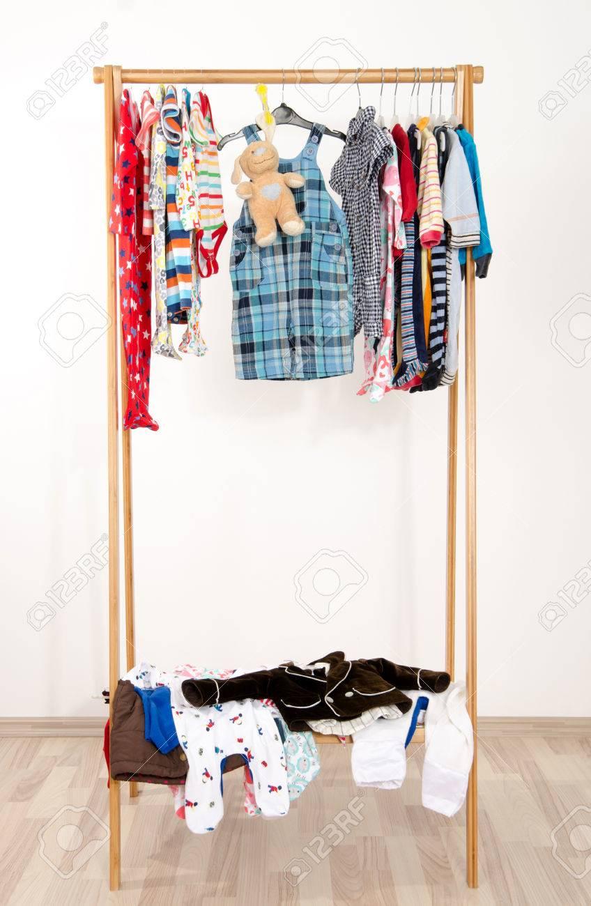 Dressing Placard Avec Des Vetements Disposes Sur Hangers Colorful