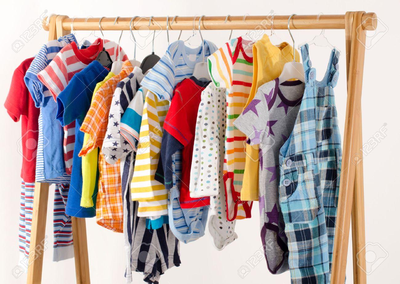 vestir armario con ropa dispuestas en armario de recin nacidos nios
