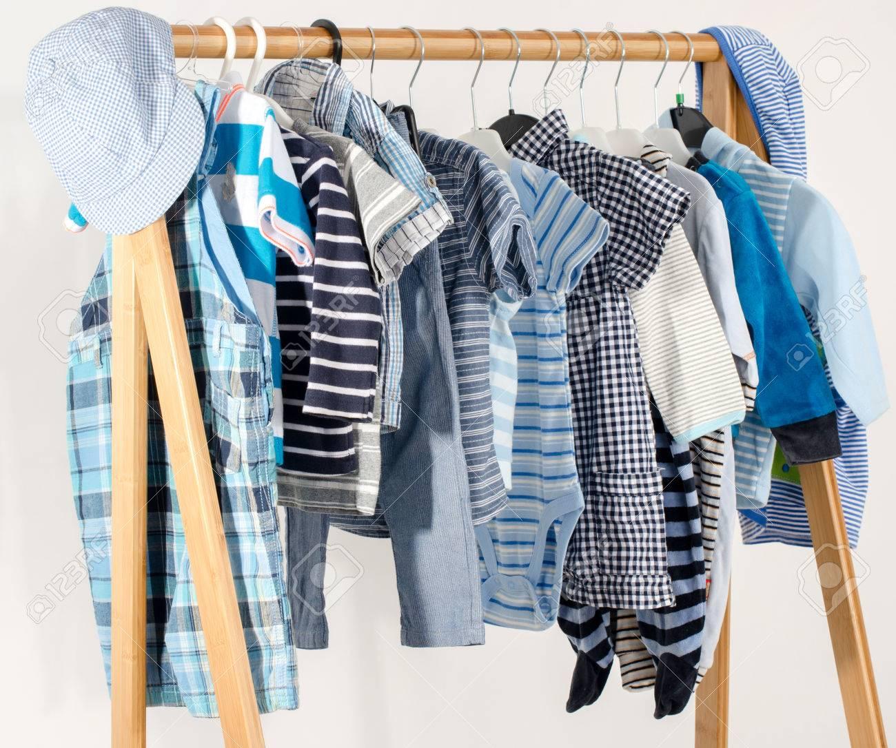 foto de archivo vestir armario con ropa dispuestas en hangersblue y armario blanco de recin nacidos nios nios bebs llenos de toda clothes with vestir un