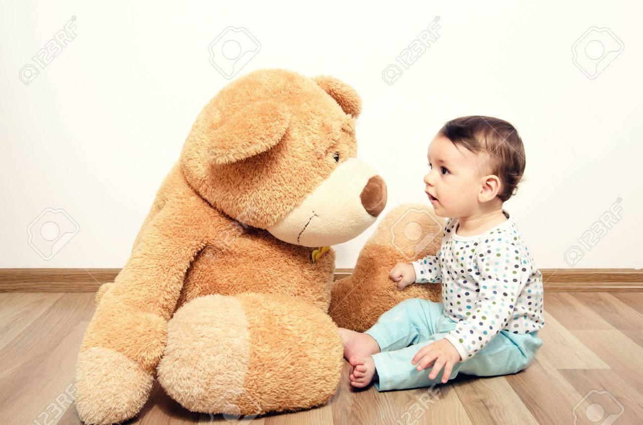 Nos amis à tous - Page 46 45661231-Belle-nouveau-n-innocent-parlant-avec-son-meilleur-ami-ours-en-peluche-Adorable-b-b-jeu-avoir-du-pla-Banque-d'images