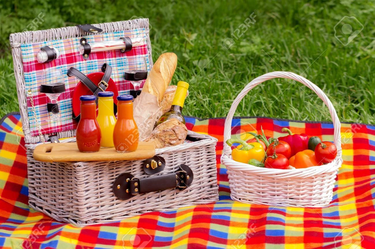 Picnic En El Césped. Cesta De Picnic Con Verduras Y Pan. Una Botella ...