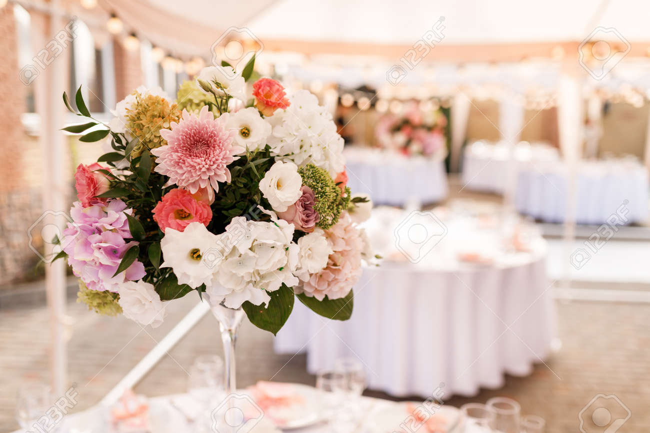 Table Setting at a Luxury Wedding Reception. Wedding reception place ready for guests. Luxury wedding dining table setting in a restaurant. - 154899139