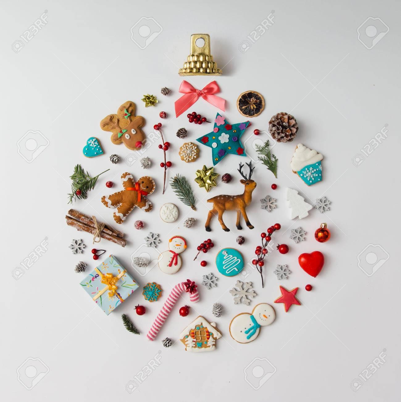 Boule Decoration.Boule De Noël Faite D éléments De Décoration Plat Poser
