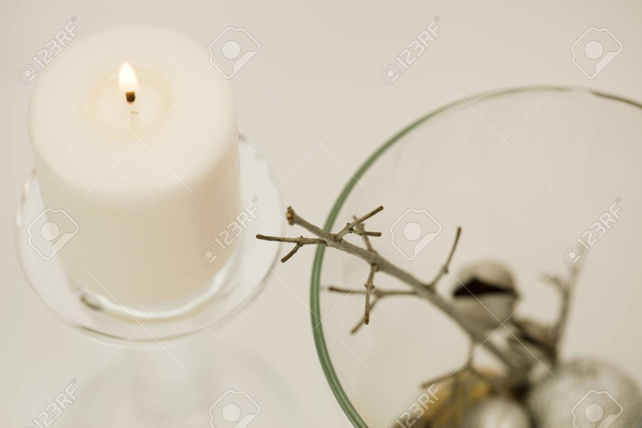 Composición De Invierno Vela Encendida Blanca En Candelabro De Cristal Y Decoración De Plata En Jarrón De Vidrio Fondo Blanco De Cerca