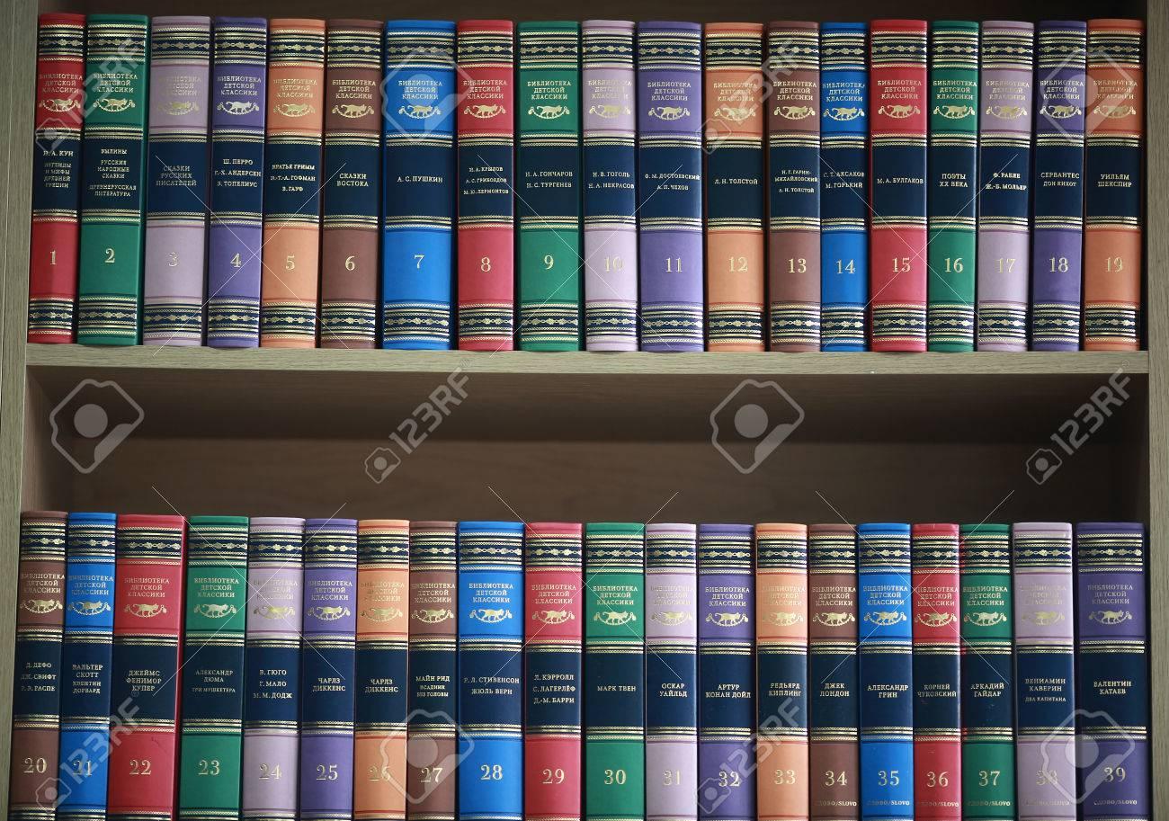 Boekenplank Met Boeken.Boekenplank Met Boeken Netjes Staan Met Gekleurde Covers Royalty