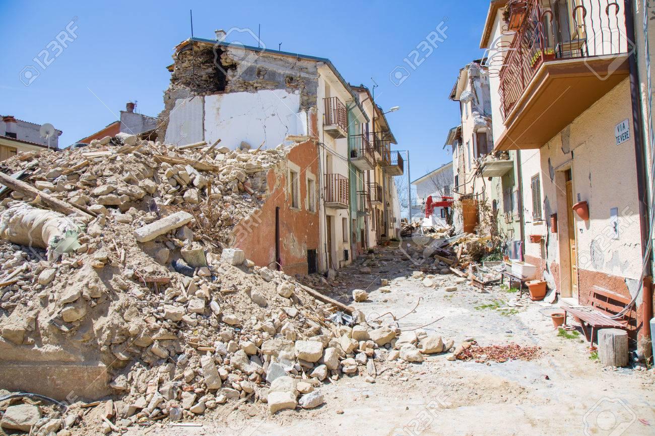 """Acheter Une Maison En Italie Abruzzes 25 avril 2017, camposto, province de l'aquila, abruzzes, italie """"dommages  causés par le tremblement de terre."""" des structures ruinées ou gravement"""