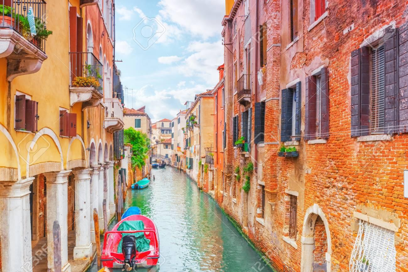 Viste Dei Più Bei Canali Di Venezia, Strade Strette, Case.Italia ...