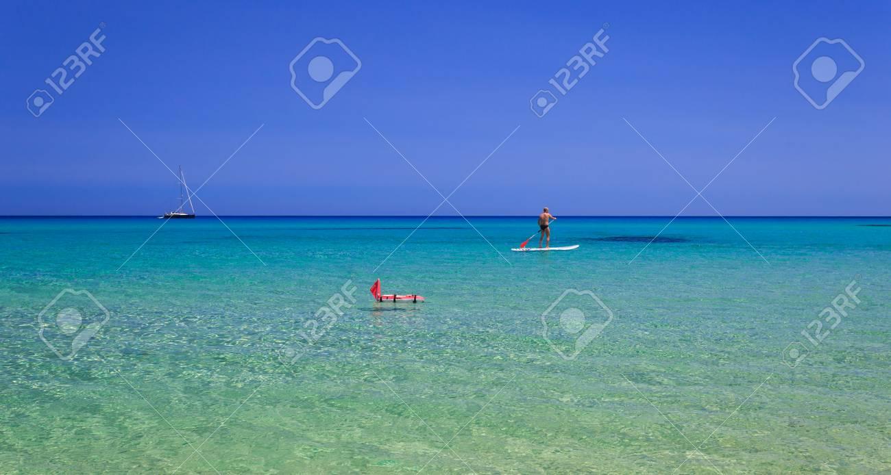 Stand Up Paddle Board Homme Paddleboarding Sur La Mer Mediterranee Avec Un Bateau A Voile Dans Le Fond Banque D Images Et Photos Libres De Droits Image 30619854