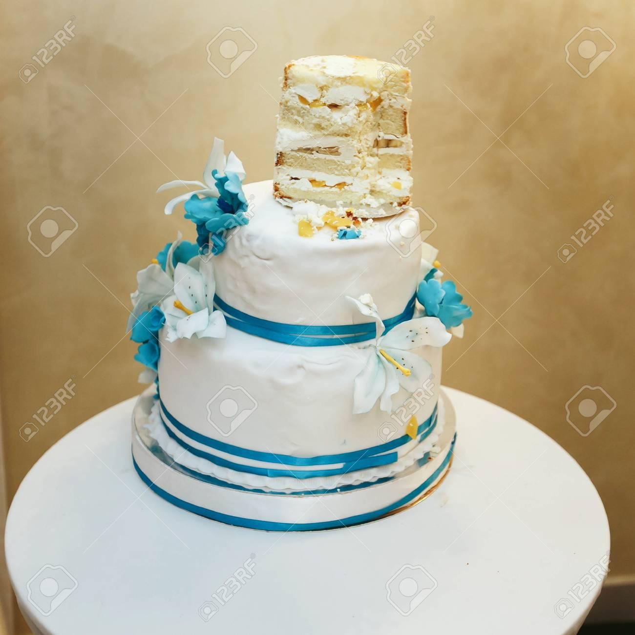 Gâteau De Mariage Blanc Bleu Demi Mangé